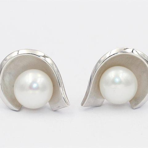 Curved silver pearl eariings